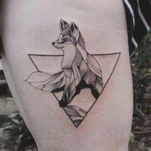tatuaje geometrico de lobo con triangulo