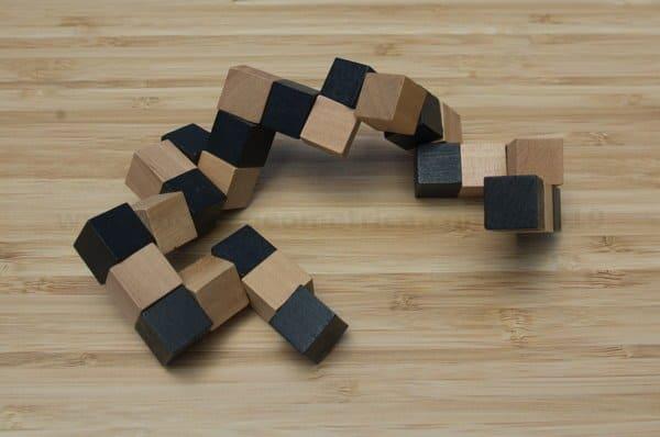 Juego de cubos de madera marron y negro