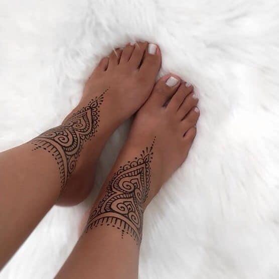 Tatuaje tobillero de henna para mujer