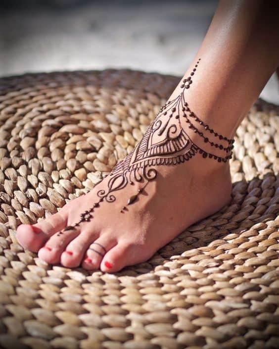 tatuaje de henna en tobillo