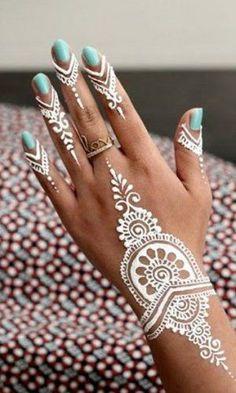 tatuaje femenino henna color blanco en manos