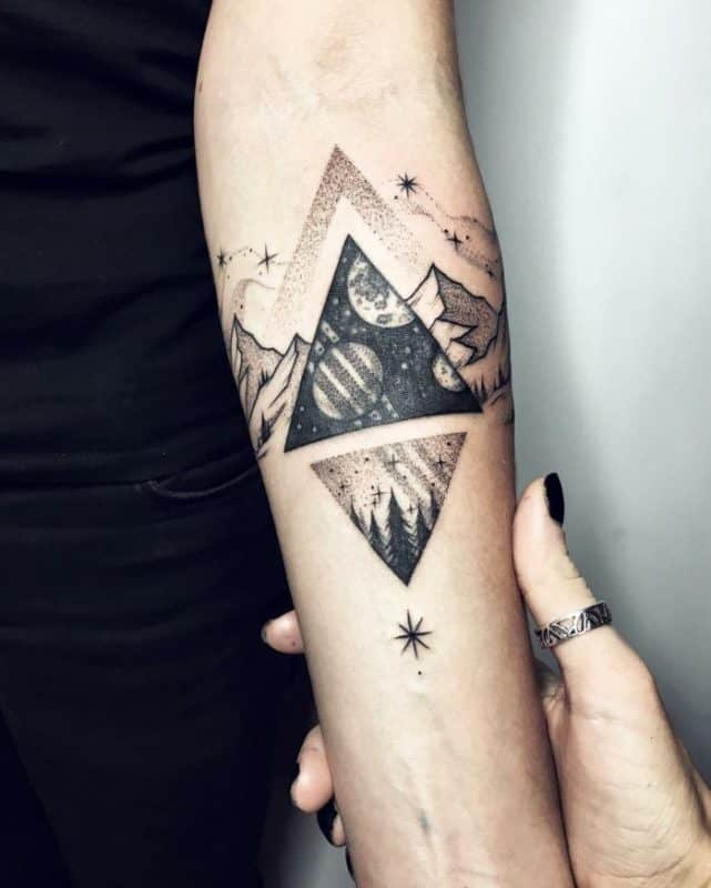Tatuaje de antebrazo con triángulos sagrados