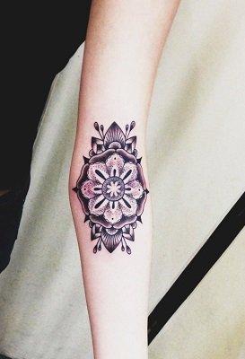 Flor de la vida antebrazo tatuaje mujer